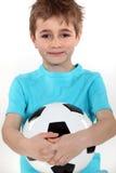 Jongen die een voetbalbal houdt Royalty-vrije Stock Foto