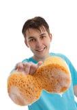 Jongen die een zeepachtige schoon te maken spons gebruikt stock foto
