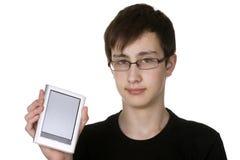 Jongen die elektronisch boek houdt Stock Afbeelding