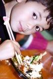 Jongen die garnalen van tempura geniet Stock Fotografie