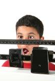 Jongen die Gewicht bereikt stock foto