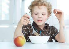 Jongen die graangewas eet Royalty-vrije Stock Afbeeldingen
