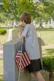 Jongen die in Gravesite rouwt Stock Fotografie