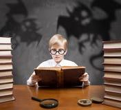 Jongen die griezelige verhalen lezen Royalty-vrije Stock Foto's