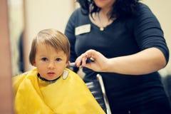Jongen, die haarbesnoeiing hebben Royalty-vrije Stock Afbeelding
