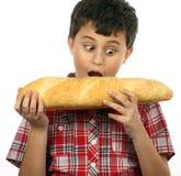 Jongen die hamburger eet stock fotografie