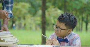 Jongen die het huiswerk met ernstige emotie doen stock video