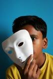 Jongen die het masker verwijdert stock afbeeldingen