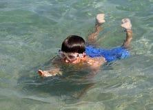 Jongen die in het overzees zwemmen Stock Afbeeldingen
