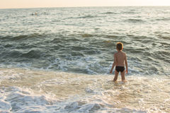 Jongen die in het overzees zwemmen Royalty-vrije Stock Afbeelding
