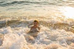 Jongen die in het overzees zwemmen Royalty-vrije Stock Fotografie