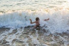 Jongen die in het overzees zwemmen Stock Afbeelding