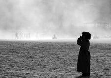 Jongen die in het woestijnstof gillen stock fotografie