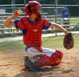 Jongen die honkbal werpt als cather Stock Foto's