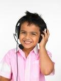 Jongen die hoofdtelefoons draagt Stock Foto's