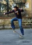 Jongen die II met een skateboard rijdt stock afbeelding