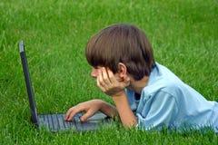 Jongen die Laptop met behulp van Stock Foto