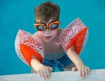 Jongen die leert te zwemmen Royalty-vrije Stock Afbeelding