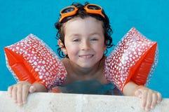 Jongen die leert te zwemmen Stock Foto's