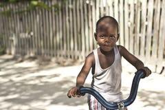 Jongen die leren hoe te een fiets te berijden Stock Afbeeldingen