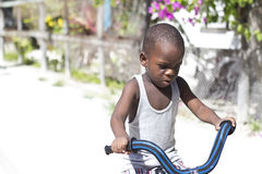 Jongen die leren hoe te een fiets te berijden Stock Foto's