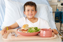 Jongen die Maaltijd in het Bed van het Ziekenhuis eten Royalty-vrije Stock Foto's