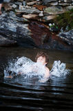 Jongen die in Meer springen Stock Foto's