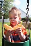 Jongen die meloen eet Stock Afbeeldingen