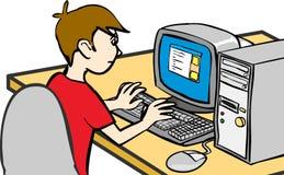 Jongen die met computer werkt Stock Foto's