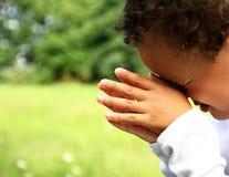 Jongen die met gesloten ogen bidden royalty-vrije stock afbeelding