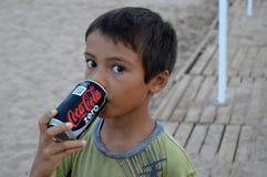 Jongen die met Grote Ogen A de drinken kan van Cokes Royalty-vrije Stock Foto
