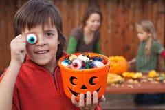 Jongen die met Halloween-materiaal voor de nacht voorbereidingen treffen Royalty-vrije Stock Foto's