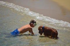 Jongen die met hond 2 zwemmen Royalty-vrije Stock Afbeelding