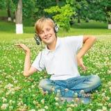 Jongen die met hoofdtelefoons aan muziek en het dansen luisteren stock afbeelding