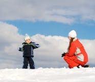 Jongen die met moeder wordt gespeeld stock fotografie