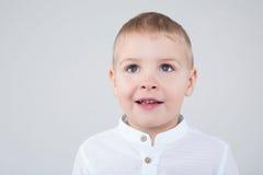 Jongen die met mooie ogen de afstand onderzoeken royalty-vrije stock fotografie
