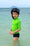 Jongen die met toestel snorkelt Stock Afbeelding