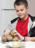 Jongen die mum in keuken helpt Royalty-vrije Stock Afbeeldingen
