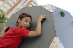 Jongen die muur beklimmen royalty-vrije stock foto