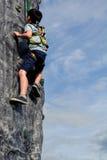 Jongen die Muur in openlucht beklimmen Stock Fotografie