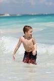 Jongen die in oceaan zwemt Stock Afbeelding