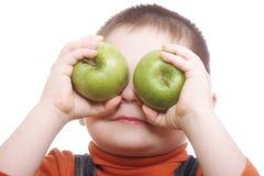 Jongen die ogen met appelen sluit stock afbeeldingen