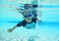 Jongen die, onderwaterschot zwemmen Stock Fotografie