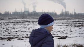 Jongen die op bevroren weg lopen stock videobeelden