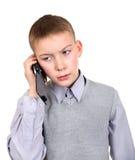 Jongen die op Cellphone spreken Stock Foto