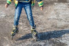 Jongen die op concrete vloer schaatsen stock foto