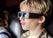 Jongen die op 3D Film in Theater letten Royalty-vrije Stock Afbeeldingen