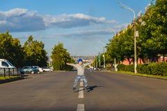 Jongen die op de weg springen Royalty-vrije Stock Foto's