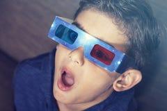 Jongen die op een 3d Film let Stock Foto
