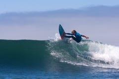 Jongen die op een Golf in Santa Cruz California surfen stock foto